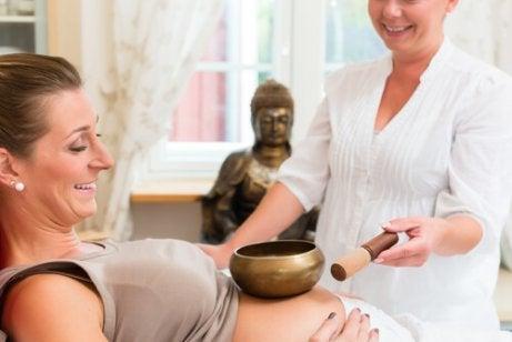 Gravid kvinna går på musikterapi.