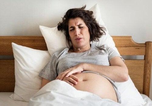 Hemorrojder under förlossningen: Orsaker och behandling