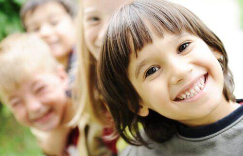 Barn på rad skrattar åt de bästa skämten.