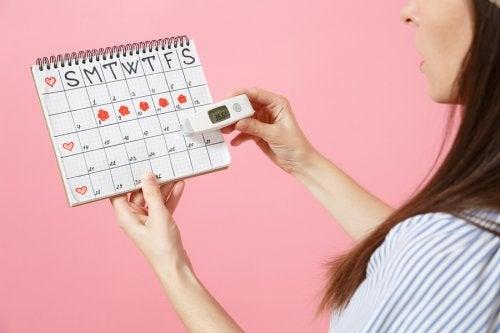 Kvinna tittar på sin mens cykel kalender.