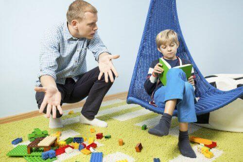 En pappa pratar med sitt barn.