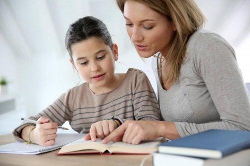 Mamma som hjälper sitt barn att studera.