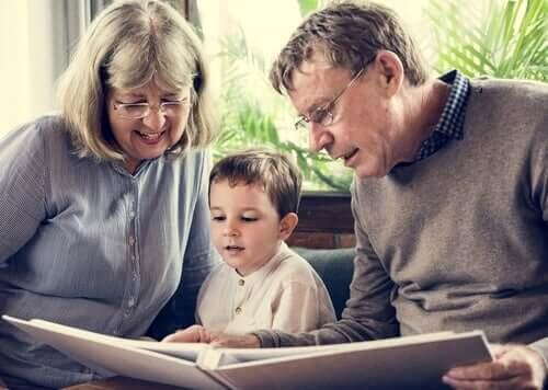 Mormor och morfar läser för barnet.