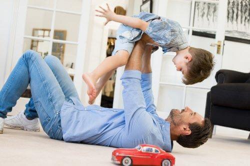 Pappa leker flygplan med sitt barn.