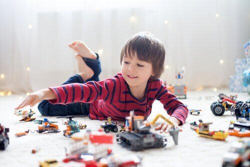 Pojke som leker med leksaker.