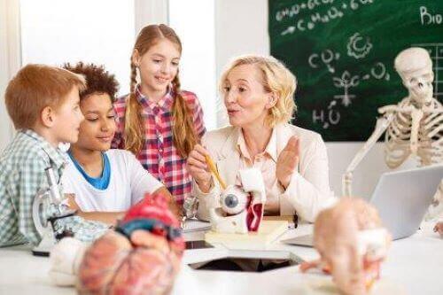 Utbildningspsykolog lär barn i skolan.