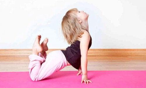 Ett barn som gör yoga.