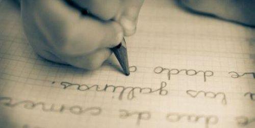 barn som tränar på att skriva skrivstil.