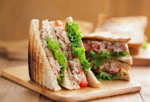 Smörgås med tonfisk och sallad.