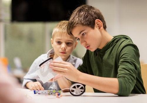 Syskon bygger en modellbil tillsammans.