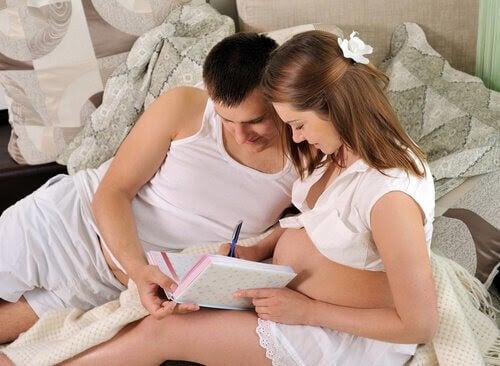 man och gravid kvinna skriver en förlossningsplan