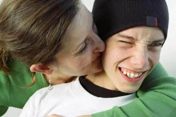 Viljestyrka: mamma pussar tonåring på kinden