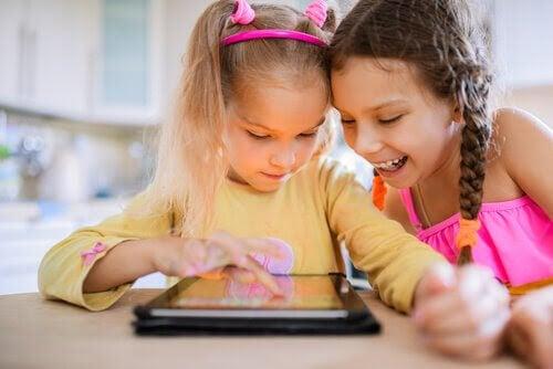 Pedagogiska spel för barn: barn vid surfplatta