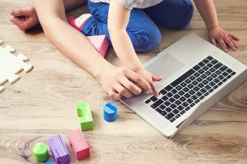 Pedagogiska spel för barn: barn vid dator
