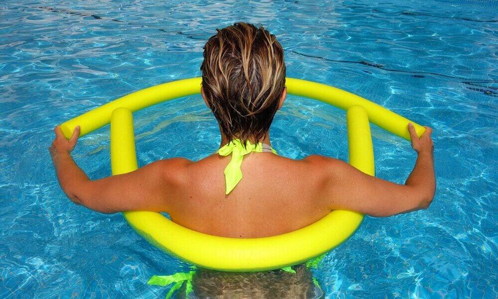 kvinna i pool med flytverktyg