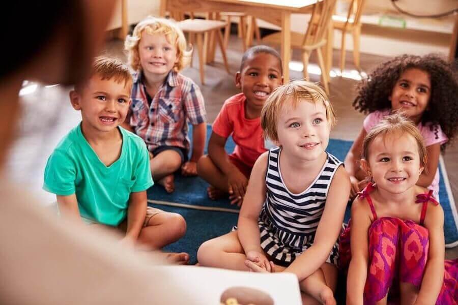 barn i skolmiljö lyssnar uppmärksamt