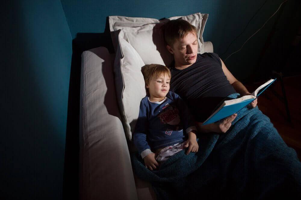 pappa läser läskiga spökhistorier för sin son