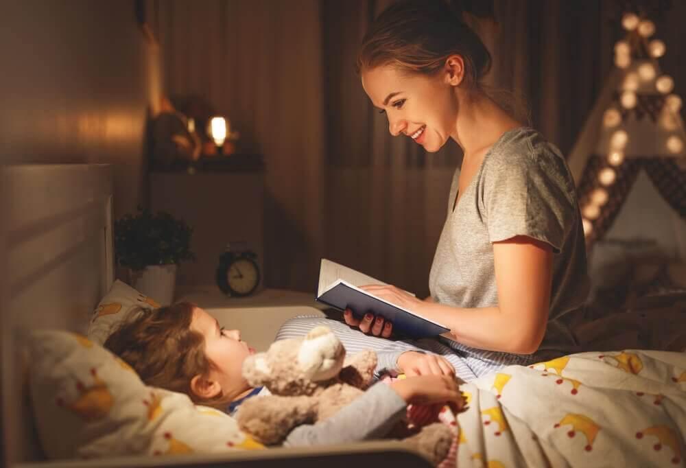 mamma läser läskiga spökhistorier för sitt barn
