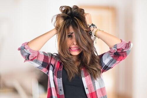 Hyperprolaktinemi: kvinna drar sig i håret