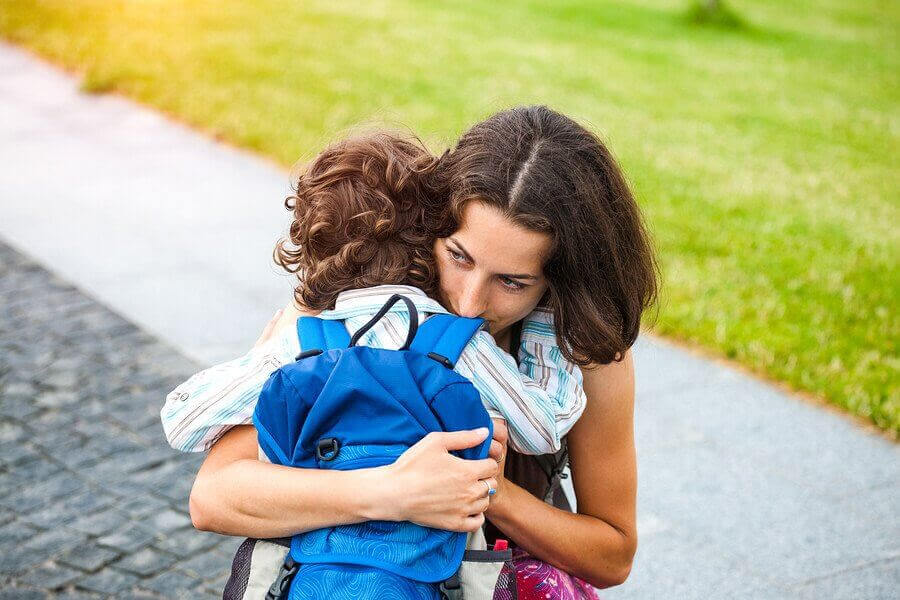 Barn kramar mamma