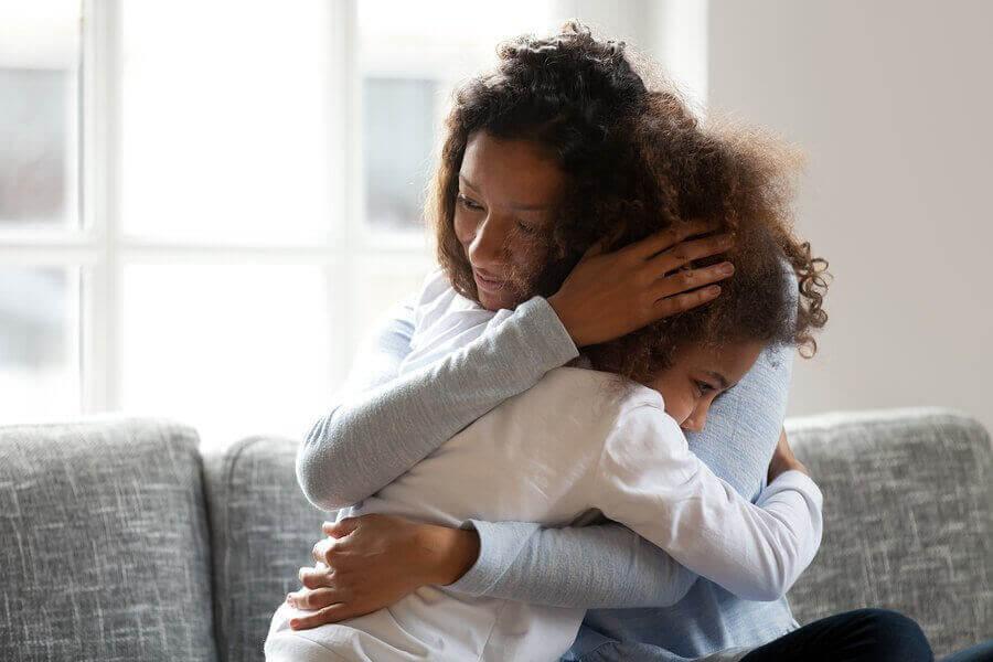 Separationsångest: barn kramar mamma