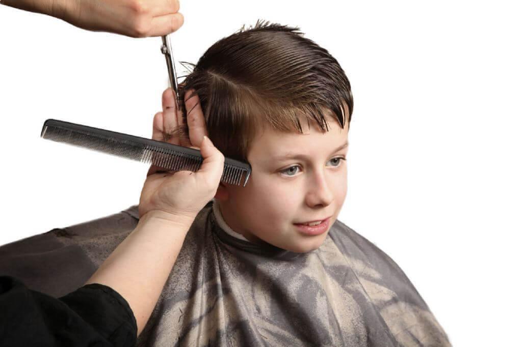 hårklippningar för pojkar: pojke hos frisören