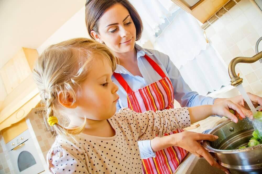 mamma sysselsätter dotter medan du lagar middag