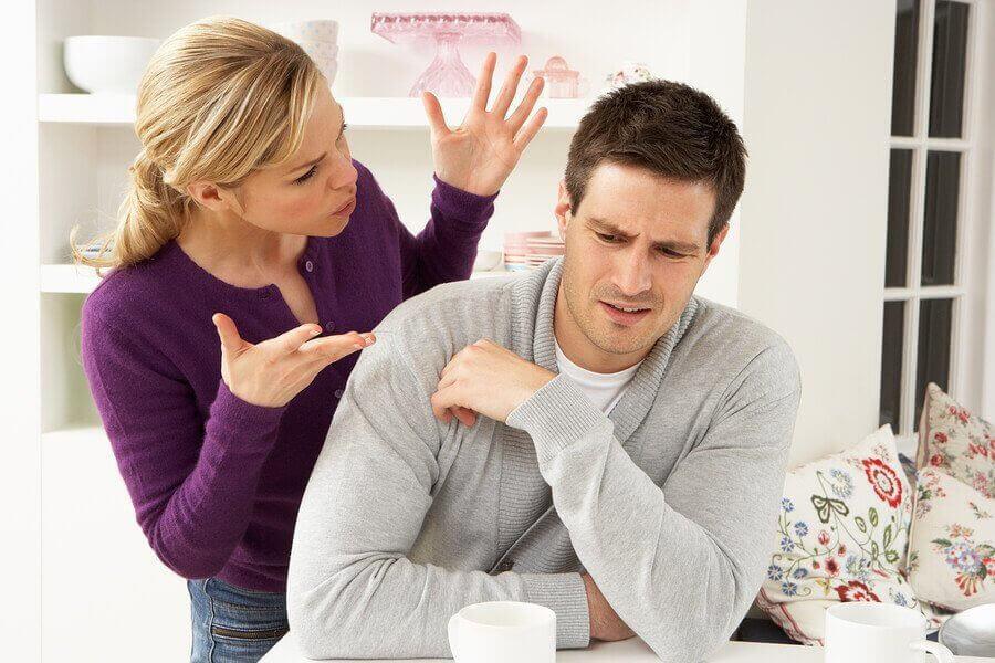 problem i ett förhållande: kvinna och man bråkar