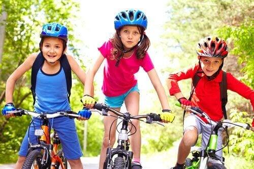 tre barn på cyklar