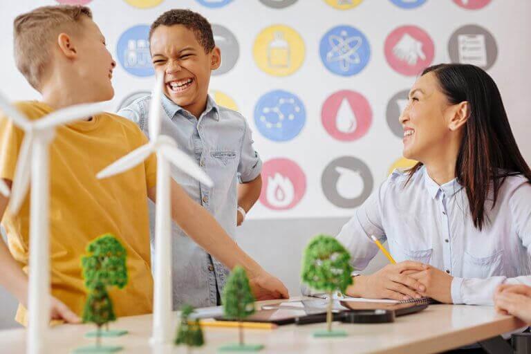 barn pratar och skojar med arkitekt