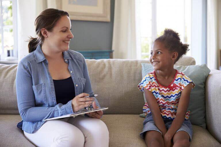 Barnpsykologi: psykolog pratar med barn