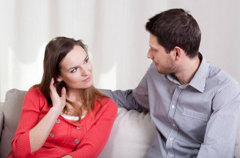 man och kvinna pratar på soffa