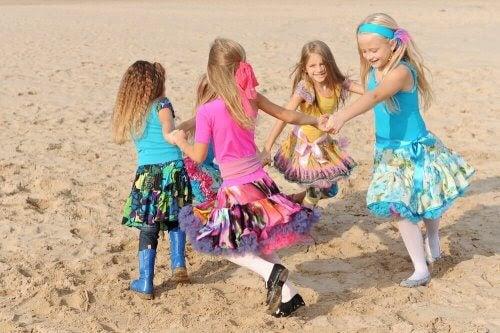 flickor dansar på en strand