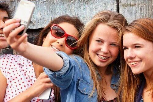 flickor tar selfie
