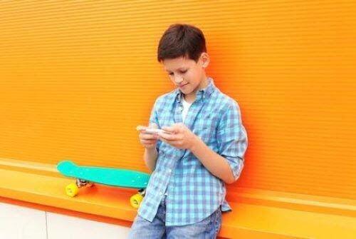 appar som kan förbättra ditt barns ordförråd: barn leker med telefon
