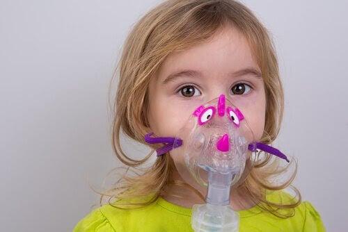 flicka med inhalator