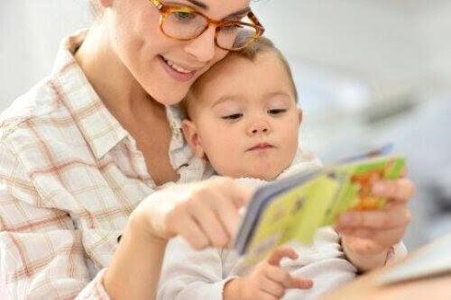 mamma läser bok för baby