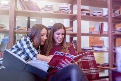 Vänner lär sig engelska tillsammans.