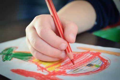 Barn gör teckning