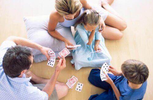 Familk som njuter av en spelkväll ihop.