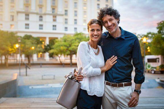 Gift och lyckligt par.
