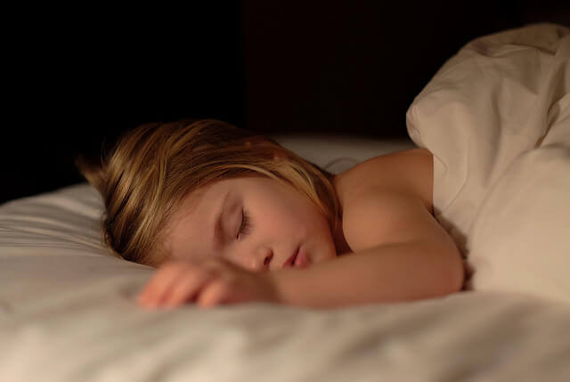 9 tips för att hjälpa ditt barn att sluta kissa i sängen