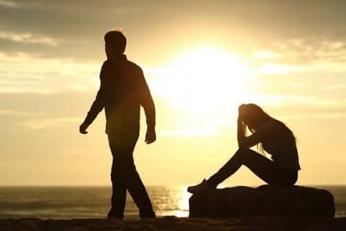 Par som gör slut vid stranden.
