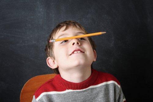 Pojke balanserar penna