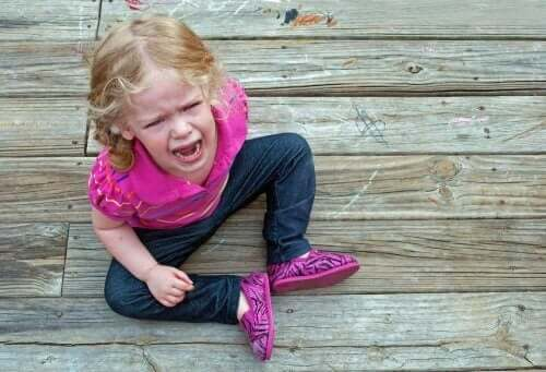 Liten flicka bryter ut i raserianfall.