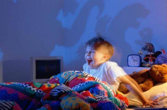 Barn vaknar skräckslagen av en dålig dröm.