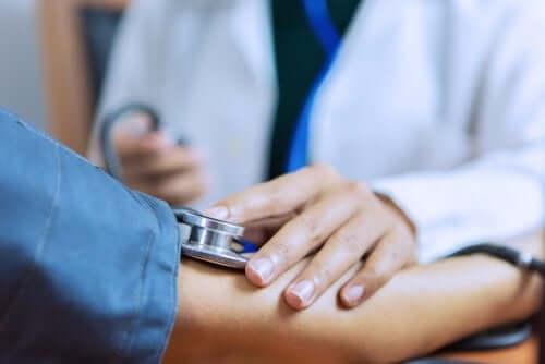 Blodtrycksmätning hos läkare.