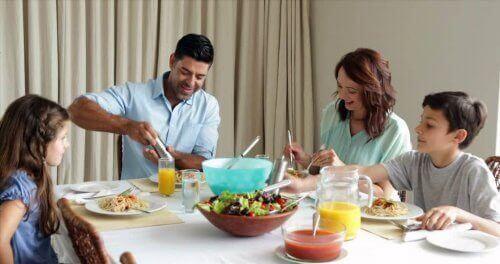 Familj som äter middag.