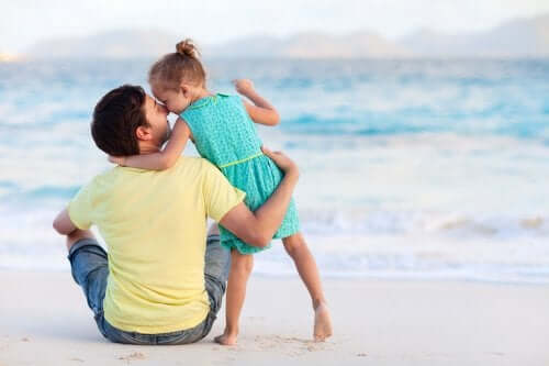 Far och dotter på stranden.