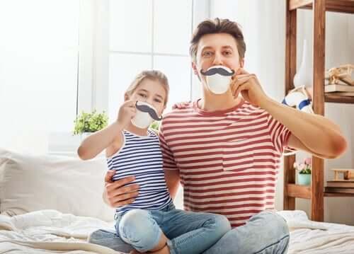 Far och dotter på tekalas.